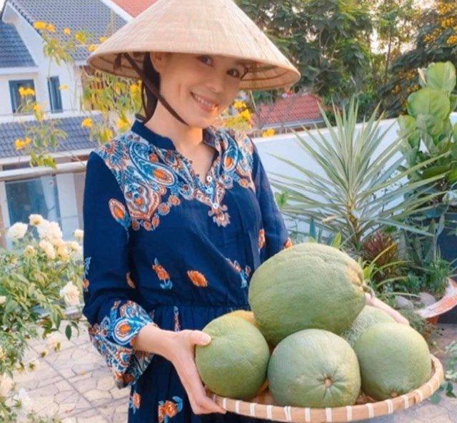 Ở nhà tránh dịch, Quyền Linh cùng vợ con lên sân thượng gỡ khoai lang, thu hoạch hoa trái-3