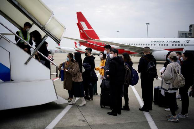 Đại dịch Covid-19 lan rộng không kiểm soát, nhiều du học sinh Trung Quốc bỏ hơn 500 triệu để có 1 chỗ ngồi trên máy bay rời khỏi Mỹ-2