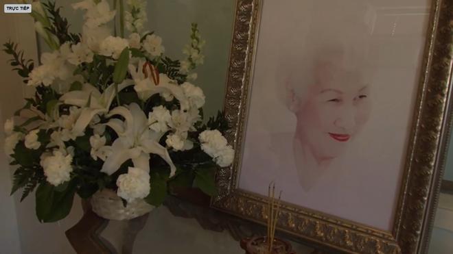Lễ tang danh ca Thái Thanh: Chỉ có người thân, công chúng chia buồn qua livestream, Ý Lan gục bên quan tài mẹ-9
