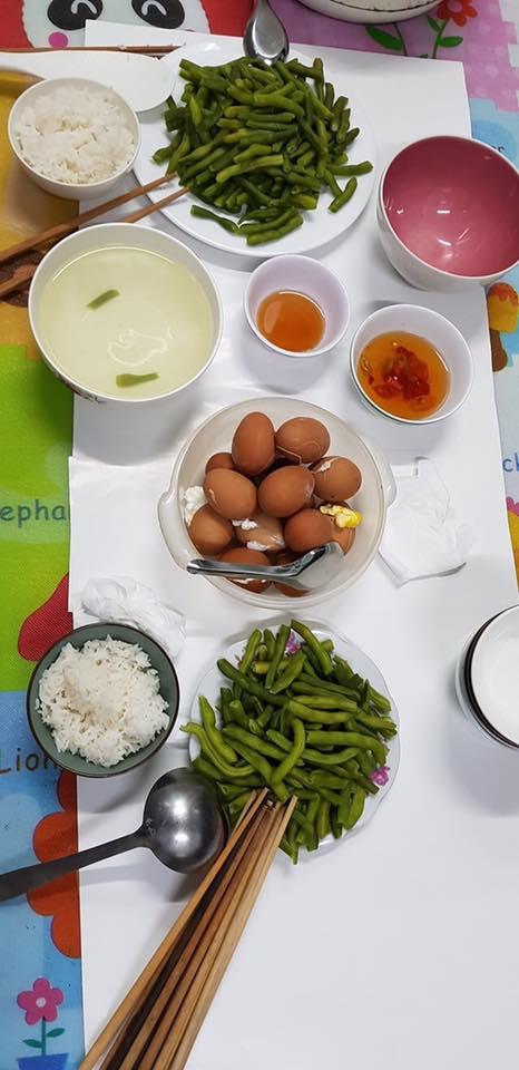 Bữa cơm tối nấu vội lúc 10 rưỡi đêm của đội lấy máu xét nghiệm lưu động chỉ có rau và trứng luộc khiến người xem không khỏi nhói lòng-1