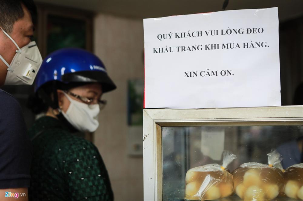Xếp hàng dài tràn ra đường mua bánh trôi, bánh chay dù đang dịch-3