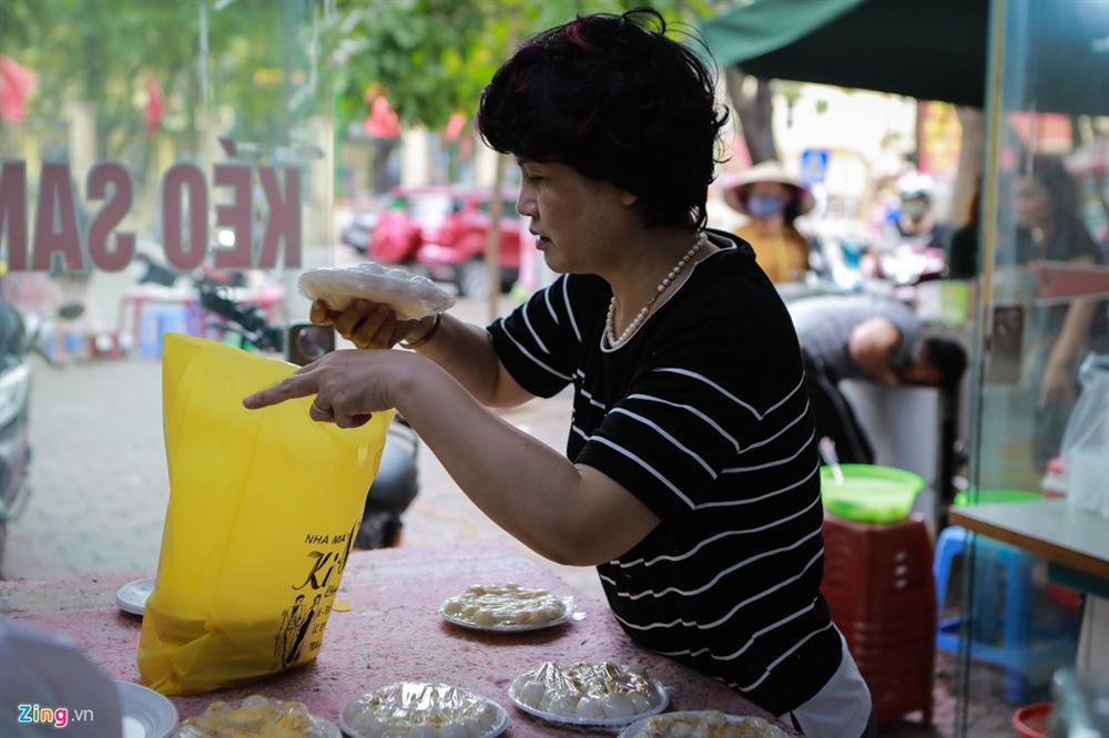 Xếp hàng dài tràn ra đường mua bánh trôi, bánh chay dù đang dịch-8