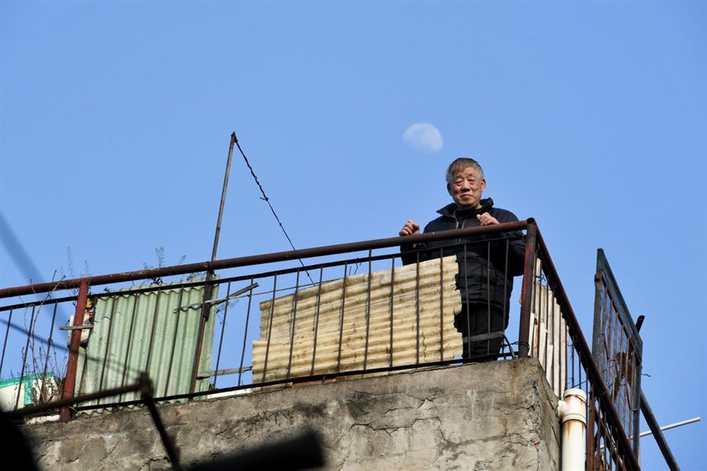 Người Vũ Hán đếm ngược đến ngày rời nhà tù ban công, sân thượng-9