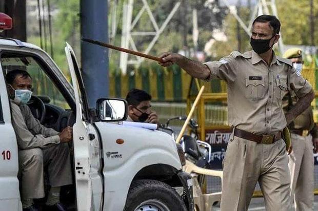 Ngày đầu tiên bị phong tỏa của đất nước 1,3 tỉ dân: Cảnh sát Ấn Độ truy lùng người chống lệnh, quất roi, bắt chống đẩy giữa phố-2