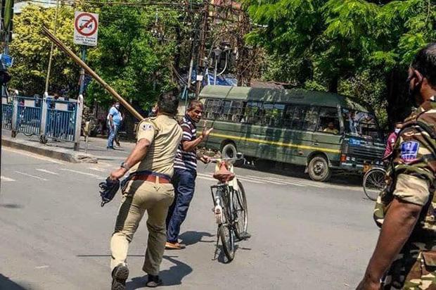 Ngày đầu tiên bị phong tỏa của đất nước 1,3 tỉ dân: Cảnh sát Ấn Độ truy lùng người chống lệnh, quất roi, bắt chống đẩy giữa phố-3