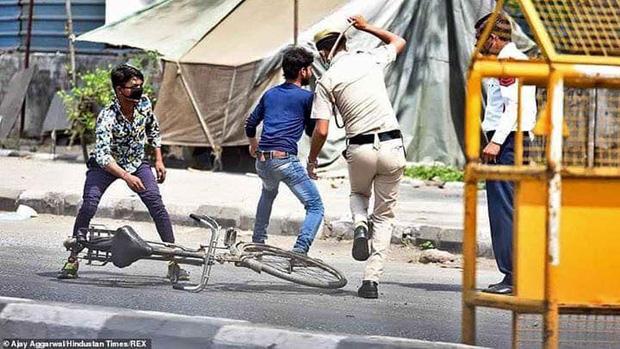 Ngày đầu tiên bị phong tỏa của đất nước 1,3 tỉ dân: Cảnh sát Ấn Độ truy lùng người chống lệnh, quất roi, bắt chống đẩy giữa phố-4
