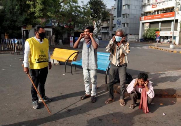 Ngày đầu tiên bị phong tỏa của đất nước 1,3 tỉ dân: Cảnh sát Ấn Độ truy lùng người chống lệnh, quất roi, bắt chống đẩy giữa phố-5