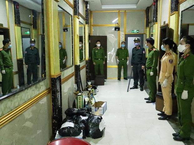 Vụ 76 nam nữ thanh niên thác loạn trong quán karaoke: Trèo lên cây trốn nhiều giờ vẫn bị bắt và đưa đi cách ly-1