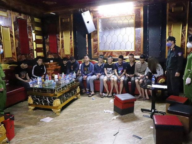 Vụ 76 nam nữ thanh niên thác loạn trong quán karaoke: Trèo lên cây trốn nhiều giờ vẫn bị bắt và đưa đi cách ly-2