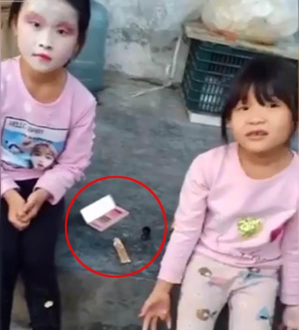 2 cô bé tự trang điểm sương sương cho nhau để đi chơi, thành quả khiến dân mạng cười ngất vì cứ ngỡ Cương thi xuất hiện-1