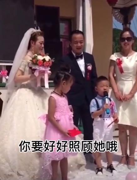 Cháu trai 4 tuổi dằn mặt chú rể trong đám cưới của dì khiến cả hội trường cười lăn lộn vì quá ngộ nghĩnh và già đời-1