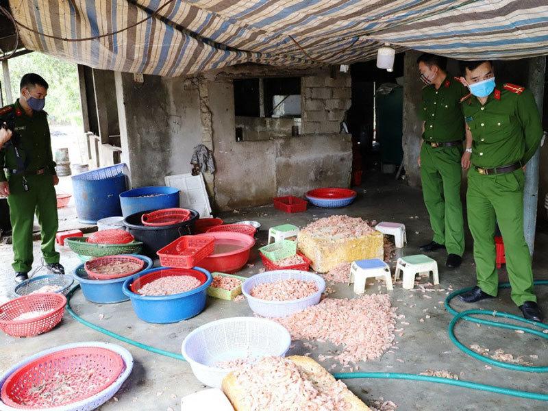 Biến hàng trăm kg tôm chết thành tôm nõn mỗi ngày-1