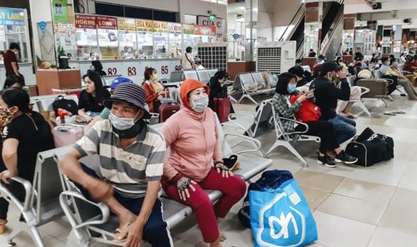 Ảnh: Người dân ùn ùn đổ ra bến xe Miền Đông, rời Sài Gòn về quê trước giờ áp dụng biện pháp hạn chế di chuyển để tránh dịch-2