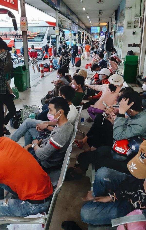 Ảnh: Người dân ùn ùn đổ ra bến xe Miền Đông, rời Sài Gòn về quê trước giờ áp dụng biện pháp hạn chế di chuyển để tránh dịch-3