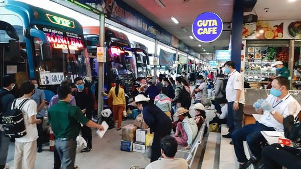 Ảnh: Người dân ùn ùn đổ ra bến xe Miền Đông, rời Sài Gòn về quê trước giờ áp dụng biện pháp hạn chế di chuyển để tránh dịch-4