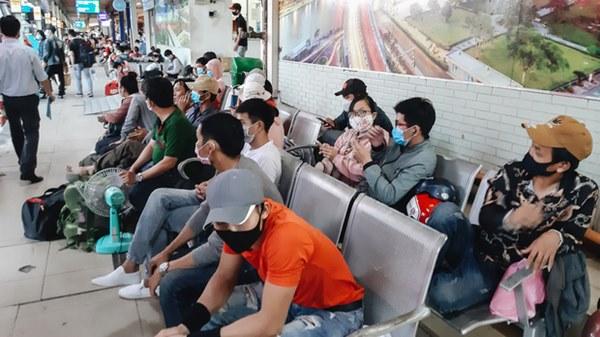 Ảnh: Người dân ùn ùn đổ ra bến xe Miền Đông, rời Sài Gòn về quê trước giờ áp dụng biện pháp hạn chế di chuyển để tránh dịch-5