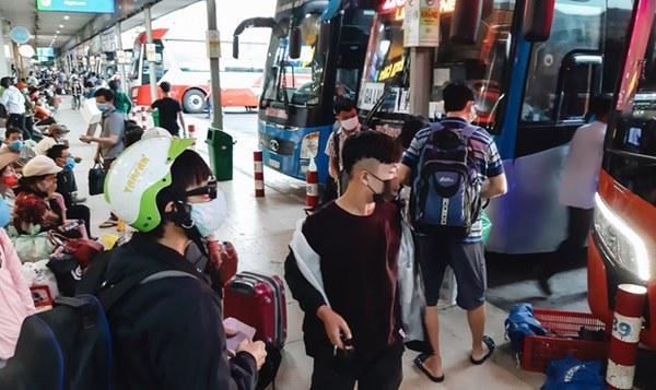 Ảnh: Người dân ùn ùn đổ ra bến xe Miền Đông, rời Sài Gòn về quê trước giờ áp dụng biện pháp hạn chế di chuyển để tránh dịch-7