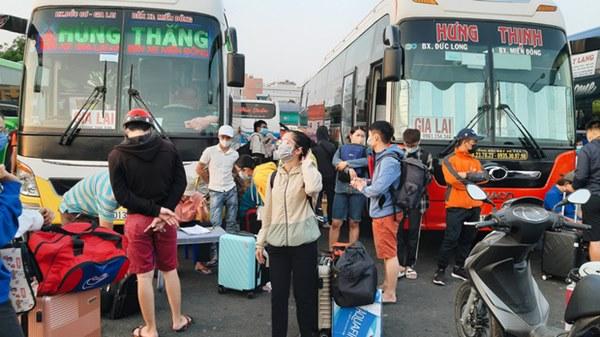 Ảnh: Người dân ùn ùn đổ ra bến xe Miền Đông, rời Sài Gòn về quê trước giờ áp dụng biện pháp hạn chế di chuyển để tránh dịch-8