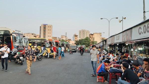Ảnh: Người dân ùn ùn đổ ra bến xe Miền Đông, rời Sài Gòn về quê trước giờ áp dụng biện pháp hạn chế di chuyển để tránh dịch-9