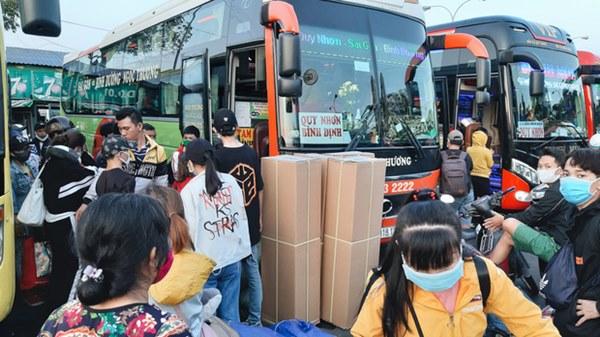 Ảnh: Người dân ùn ùn đổ ra bến xe Miền Đông, rời Sài Gòn về quê trước giờ áp dụng biện pháp hạn chế di chuyển để tránh dịch-10