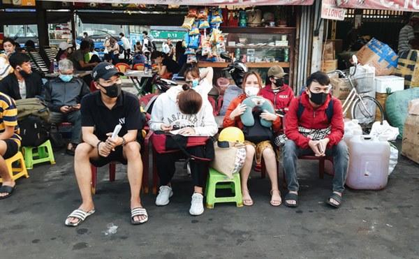 Ảnh: Người dân ùn ùn đổ ra bến xe Miền Đông, rời Sài Gòn về quê trước giờ áp dụng biện pháp hạn chế di chuyển để tránh dịch-11
