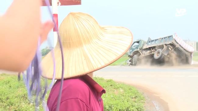 Hy hữu trên sóng Thời sự: Đang phỏng vấn người dân tại điểm đen giao thông, phóng viên đài truyền hình hốt hoảng chứng kiến trực tiếp vụ tai nạn nghiêm trọng-2