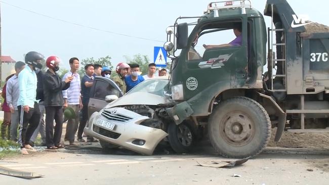 Hy hữu trên sóng Thời sự: Đang phỏng vấn người dân tại điểm đen giao thông, phóng viên đài truyền hình hốt hoảng chứng kiến trực tiếp vụ tai nạn nghiêm trọng-3