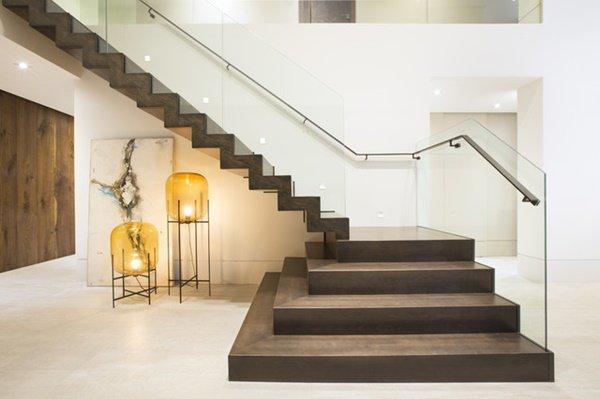 Nhà lung linh, sang trọng tựa khách sạn cao cấp nhờ cầu thang kính cường lực-8