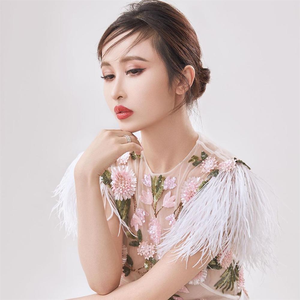 """Cosplay Phạm Băng Băng bất thành, Mina Phạm – vợ 2 Minh nhựa còn bị thợ làm tóc hại với mái tóc lá dừa"""" khó hiểu-5"""