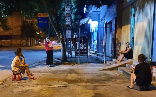 Bất chấp dịch bệnh, 4 bà hàng xóm lập đàn buôn chuyện trên vỉa hè khiến dân tình dở khóc dở cười-1