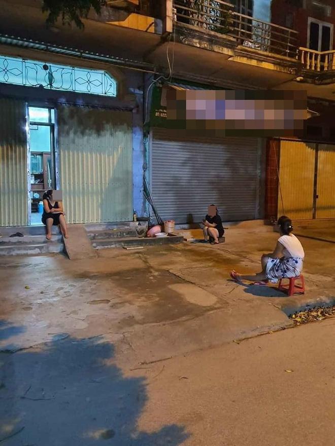 Bất chấp dịch bệnh, 4 bà hàng xóm lập đàn buôn chuyện trên vỉa hè khiến dân tình dở khóc dở cười-2