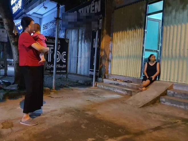 Bất chấp dịch bệnh, 4 bà hàng xóm lập đàn buôn chuyện trên vỉa hè khiến dân tình dở khóc dở cười-3