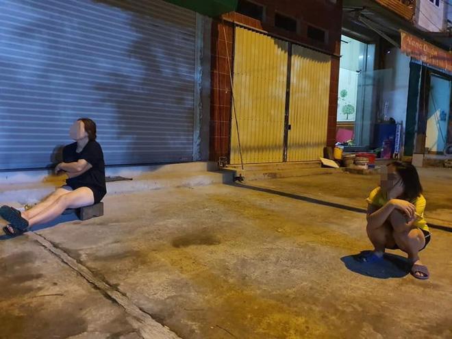 Bất chấp dịch bệnh, 4 bà hàng xóm lập đàn buôn chuyện trên vỉa hè khiến dân tình dở khóc dở cười-4