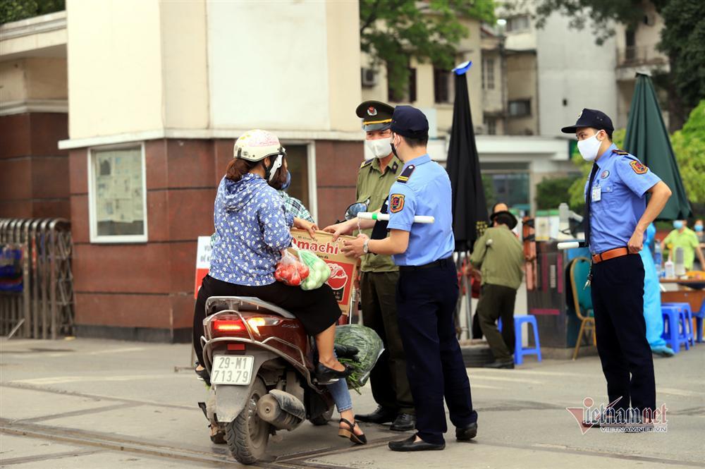 Tiếp tế thực phẩm sau lệnh nội bất xuất, ngoại bất nhập BV Bạch Mai-5
