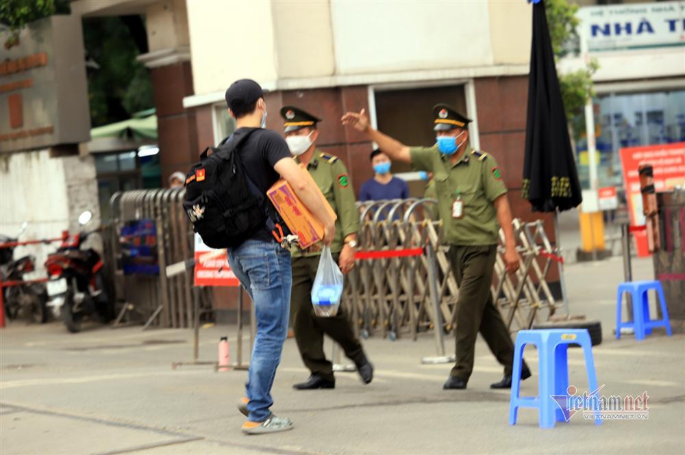 Tiếp tế thực phẩm sau lệnh nội bất xuất, ngoại bất nhập BV Bạch Mai-7