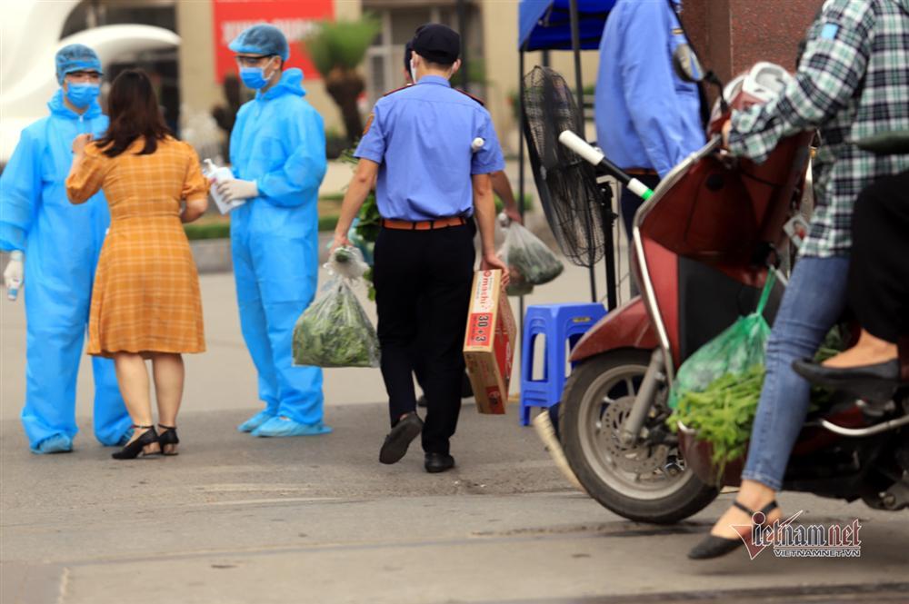 Tiếp tế thực phẩm sau lệnh nội bất xuất, ngoại bất nhập BV Bạch Mai-9