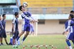 Ở nhà rảnh rỗi, tuyển thủ Việt Nam tranh thủ dạy con trai... tập plank cực đáng yêu: Có khác gì bố con nhà Ronaldo đâu-5