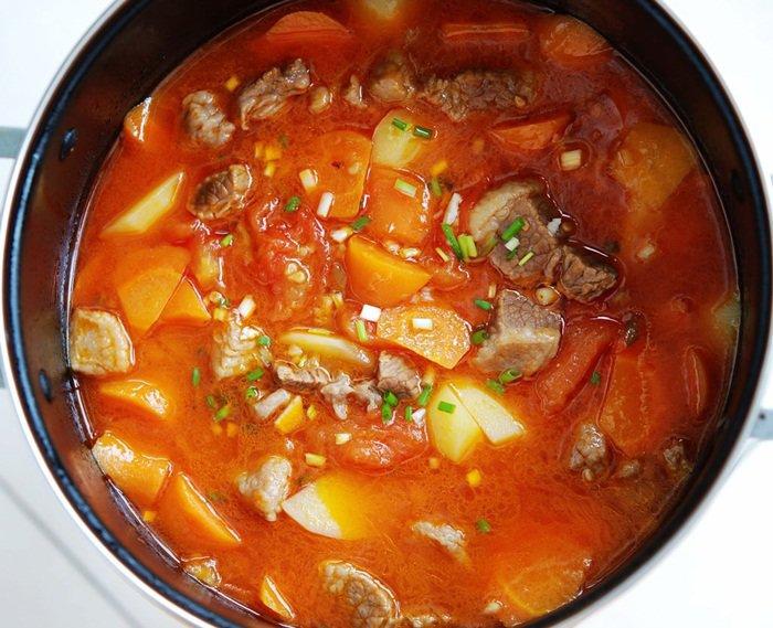 Cuối tuần làm ngay một nồi bò om khoai tây cà chua tuyệt ngon, cơm nấu bao nhiêu cũng hết-3