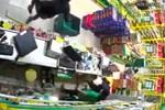 Clip: Hai thanh niên nghi dùng súng, xông vào cửa hàng Bách Hoá Xanh ở Sài Gòn cướp tài sản