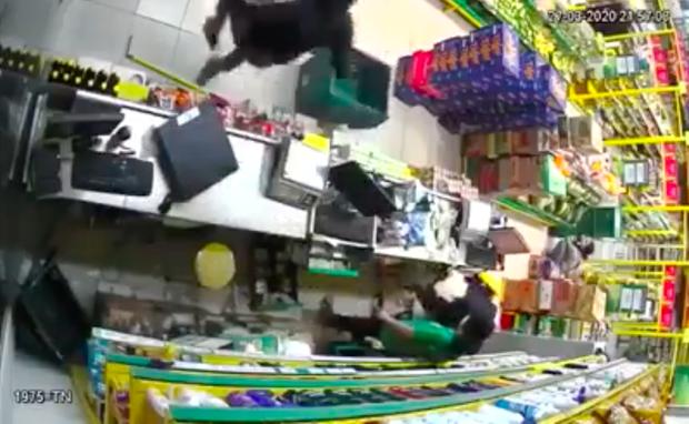 Clip: Hai thanh niên nghi dùng súng, xông vào cửa hàng Bách Hoá Xanh ở Sài Gòn cướp tài sản-1