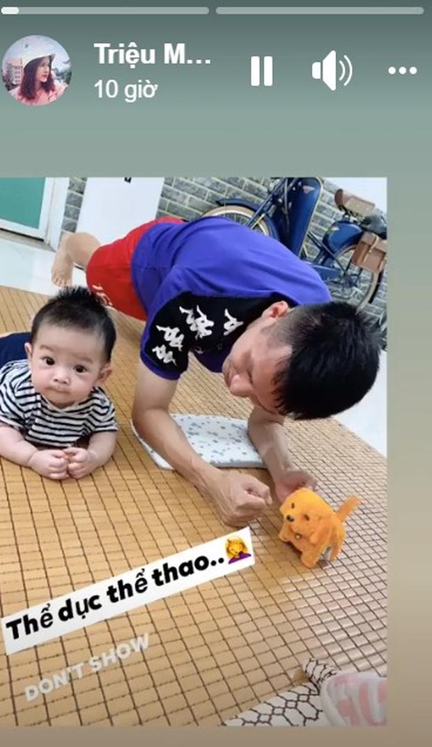 Ở nhà rảnh rỗi, tuyển thủ Việt Nam tranh thủ dạy con trai... tập plank cực đáng yêu: Có khác gì bố con nhà Ronaldo đâu-1