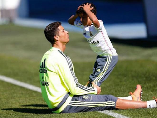 Ở nhà rảnh rỗi, tuyển thủ Việt Nam tranh thủ dạy con trai... tập plank cực đáng yêu: Có khác gì bố con nhà Ronaldo đâu-3