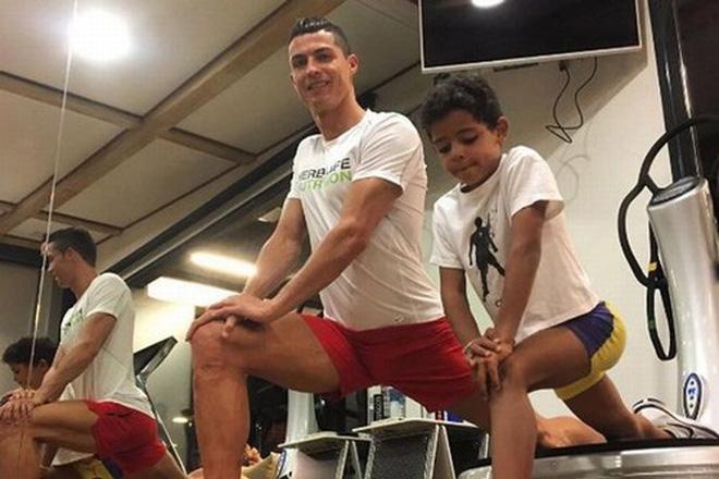 Ở nhà rảnh rỗi, tuyển thủ Việt Nam tranh thủ dạy con trai... tập plank cực đáng yêu: Có khác gì bố con nhà Ronaldo đâu-4