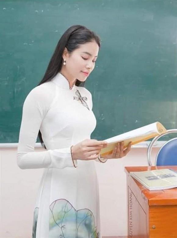 Hình ảnh thời làm giảng viên của Phạm Hương được đào mộ nhưng lại bị mỉa mai vì lý do này-1