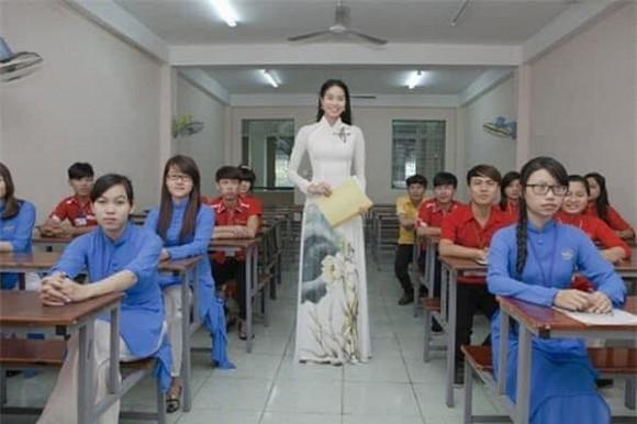 Hình ảnh thời làm giảng viên của Phạm Hương được đào mộ nhưng lại bị mỉa mai vì lý do này-2