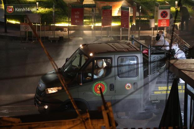 Ảnh: 10 xe của Binh chủng Hóa học tiêu độc toàn bộ không gian BV Bạch Mai, vận chuyển 600 người nhà bệnh nhân đi cách ly tập trung-5