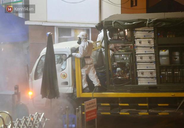 Ảnh: 10 xe của Binh chủng Hóa học tiêu độc toàn bộ không gian BV Bạch Mai, vận chuyển 600 người nhà bệnh nhân đi cách ly tập trung-7