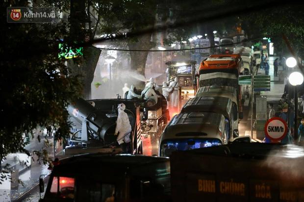 Ảnh: 10 xe của Binh chủng Hóa học tiêu độc toàn bộ không gian BV Bạch Mai, vận chuyển 600 người nhà bệnh nhân đi cách ly tập trung-8