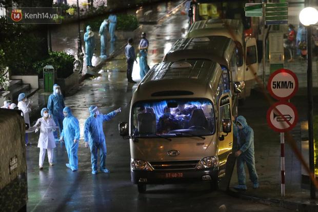 Ảnh: 10 xe của Binh chủng Hóa học tiêu độc toàn bộ không gian BV Bạch Mai, vận chuyển 600 người nhà bệnh nhân đi cách ly tập trung-9