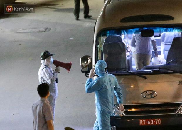 Ảnh: 10 xe của Binh chủng Hóa học tiêu độc toàn bộ không gian BV Bạch Mai, vận chuyển 600 người nhà bệnh nhân đi cách ly tập trung-10